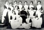 Выпускницы 1905 года с воспитательницей Марией Степановной Симфониной