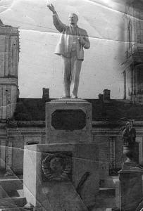Памятник Ленину на фоне Успенского Собора.