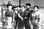 Дарья Гармаш (справа) с комсомольско-молодежной тракторной бригадой, 1942 г.