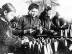 Комсомольско-молодежная фронтовая бригада за сборкой снарядов