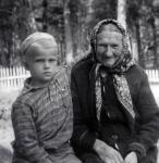 Анна Степановна Ларионова (мать Алексея Николаевича) с внуком Володей (младшим сыном Алексея Николаевича) в Ласкове на даче