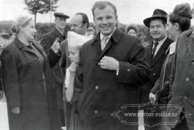 Алексеевич гагарин первый космонавт